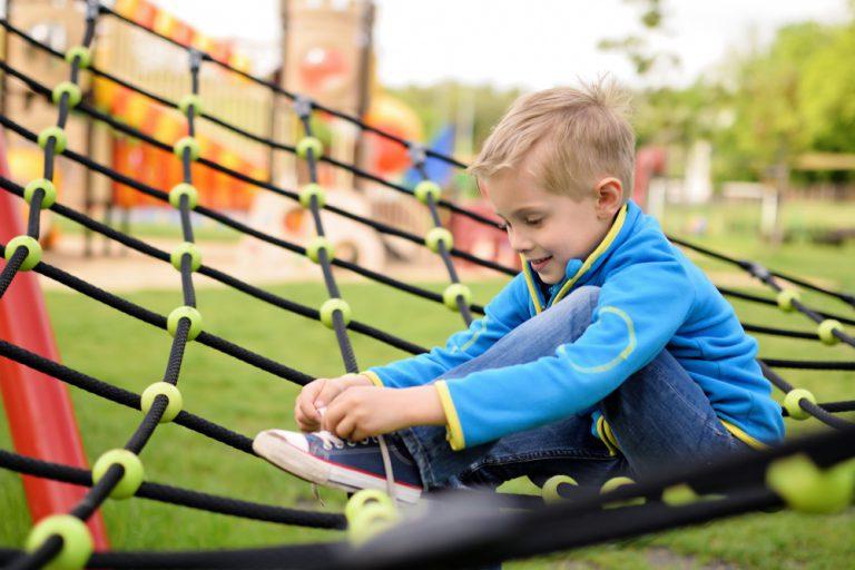 jak nauczyć dziecko wiązania sznurówek