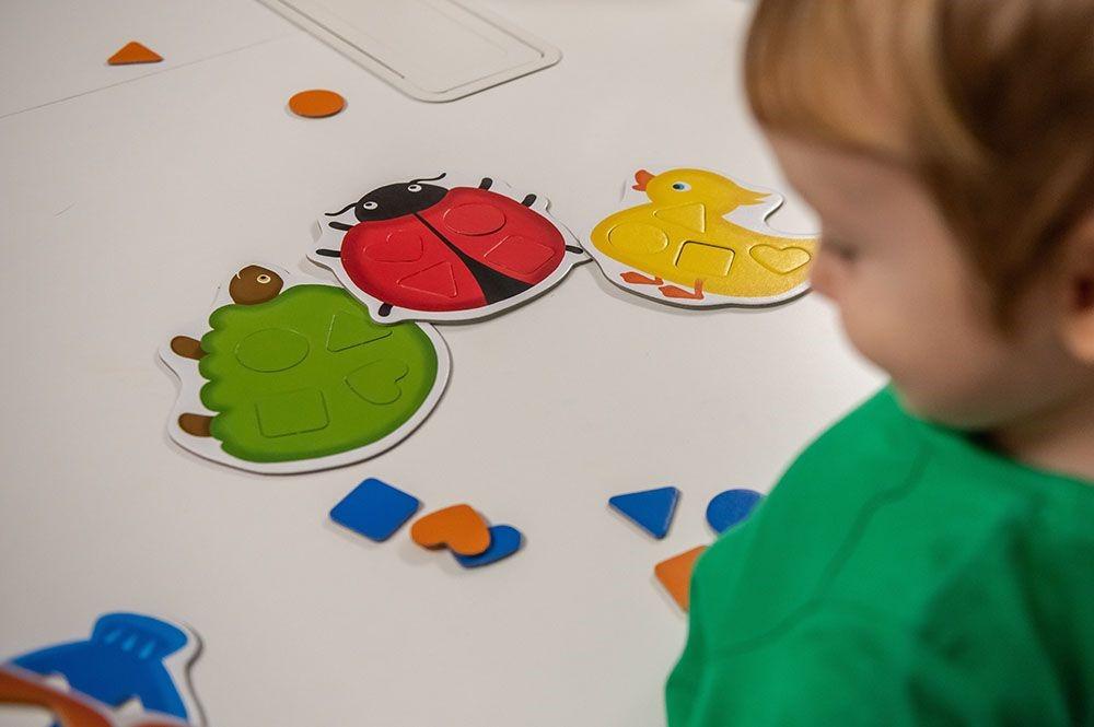 dziecko gra w grę planszową dla dzieci