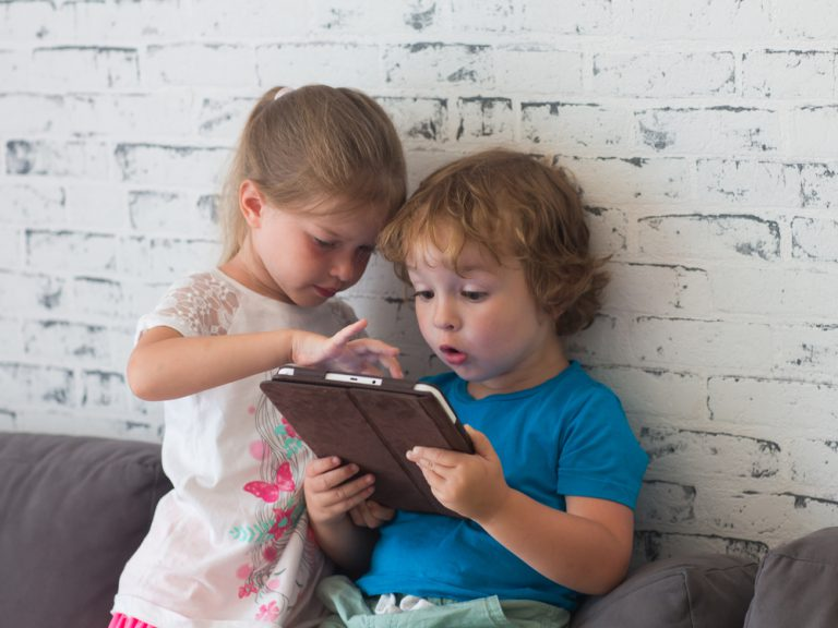 wpływ ekranów na dziecko