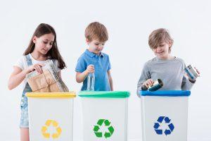 Dzieci segregujące śmieci