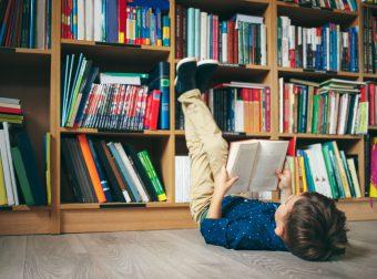 Jak czytać książki obrazkowe? Chłopiec czytający książkę.