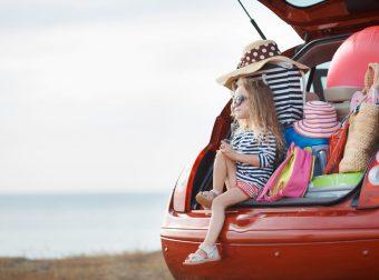 Książki które uatrakcyjnią wakacyjne podróże. Dziewczynka w samochodzie.