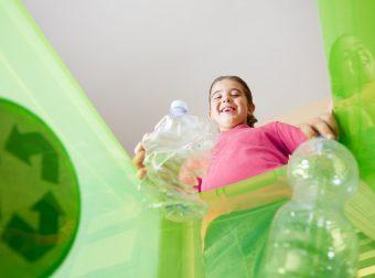 dziecko segreguje śmieci