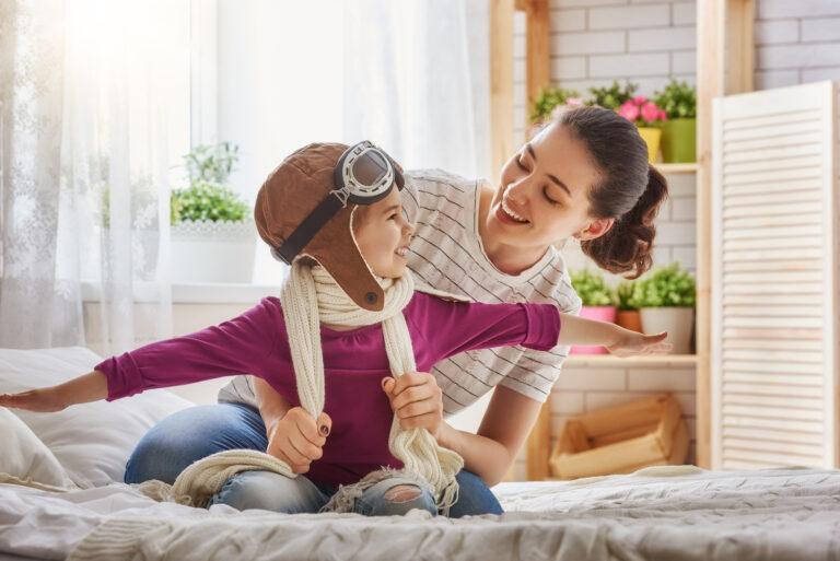 jak budować pewność siebie u dziecka, mama i córka, zabawa z dzieckiem