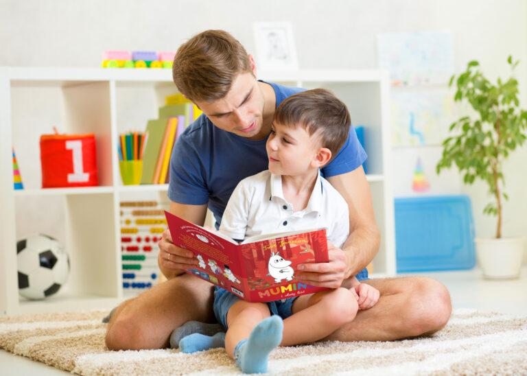 Muminki, opowieści z doliny Muminków, tata czyta dziecku