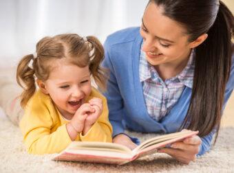 mama z córką czytają książkę