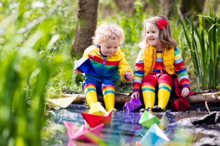 jak rozmawiać z dziećmi o porach roku, dzieci nad rzeką