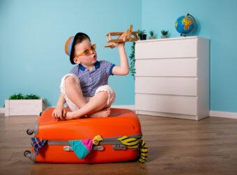podróże z dzieckiem, dziecko bawi się samolotem