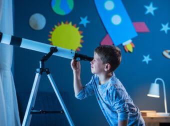 chłopczyk patrzy przez lunetę