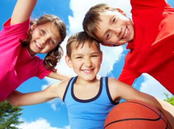 dzieci grają w koszykówkę