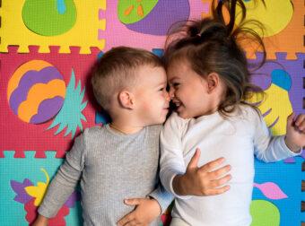 brat i siostra leżą na kolorowej macie