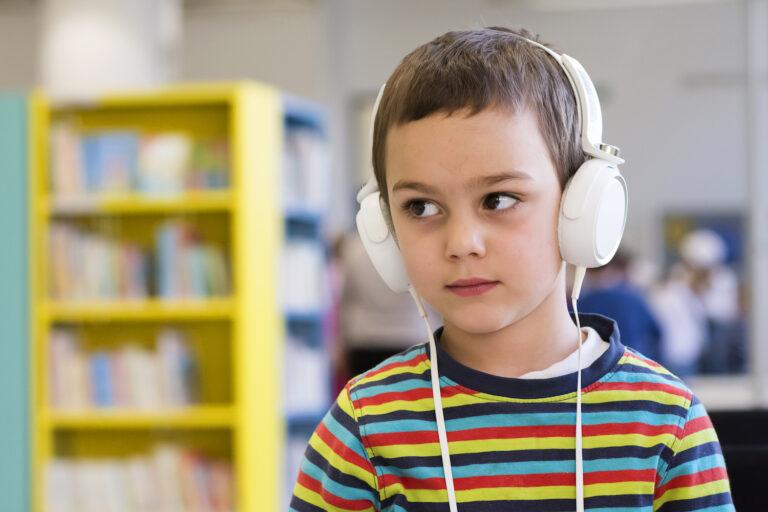 chłopiec z słuchawkami na uszach