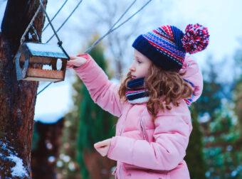 dziecko karmiące ptaki
