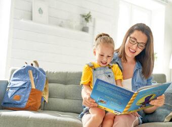 mama z dzieckiem czyta książkę